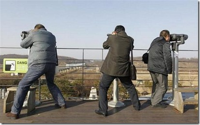 2010-12-28-10-04-30-10-chinese-tourists-looked-out-to-north-korea-with-bi